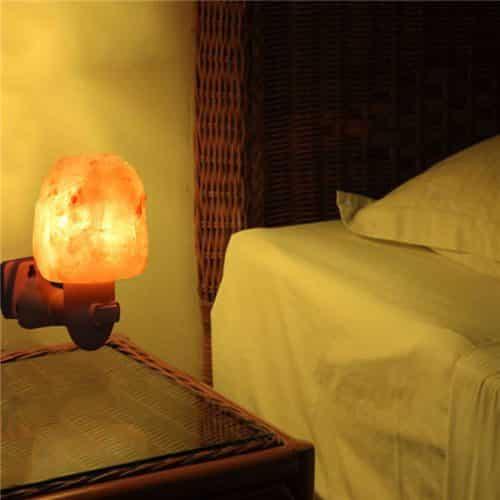 מנורת מלח ליד המיטה