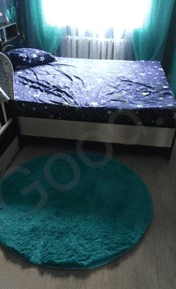 שטיח כחול בחדר